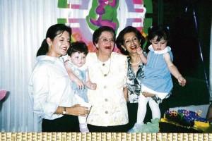 Con su nieta Adriana y sus bisnietas Sophia y Sarita Lineh.