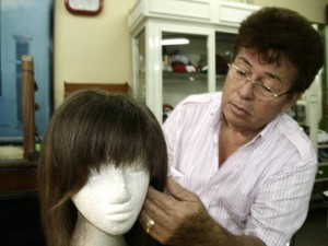 Michel ha tenido la tarea de ayudar a las mujeres necesitadas de pelucas.