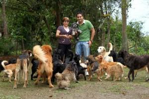Nancy Leal de Jaramillo en compañia de sus perros.