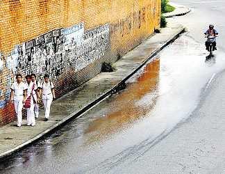 El agua se riega constantemente en la carrera 33 con calle 63.