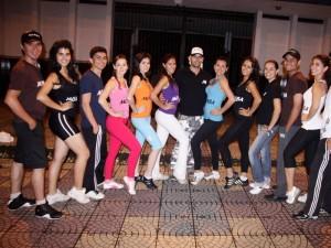 Grupo de bailarines danza por obras sociales