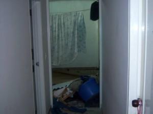 Esta es la habitación que ha quedado fuera de servicio por los daños ocasionados en la construcción de un edificio vecino.