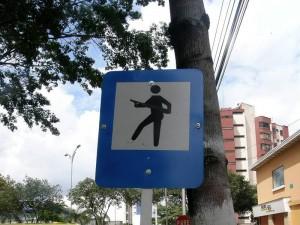 En la calle 40 con 27 otro se tomó la molestia de pintar sobre la imagen un arma, simulando que el paso es para hombres armados.