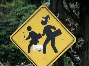 En la carrera 32 con 45, otro 'gracioso' con tinte de Halloween pintó un gorro de bruja y una varita mágica en la señalización que indica la zona estudiantil.
