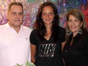 Junto a la familia que la acogió en Bucaramanga.