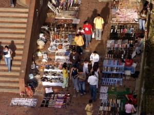 El problema 'cíclico' de las ventas ambulantes ha tenido en apuros a los transeúntes de la calle 49 entre carreras 35 y 35A. Esta foto fue tomada en octubre de 2006.