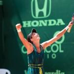 Alexandrina Naydenova reacciona al ganar el partido final y coronarse campeona del primer certamen femenino en la Copa Seguros Bolívar Open de tenis de Bucaramanga.