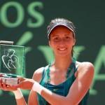 Alexandrina Naydenova feliz con su trofeo de campeona de la Copa Seguros Bolivar en Bucaramanga.