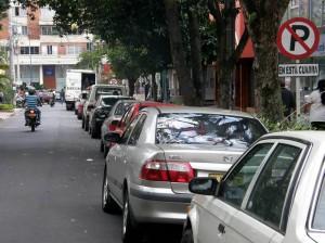 La falta de parqueadero en esta zona obliga a la gente a estacionarse en la calle.