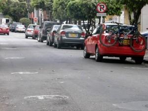 La señalización de 'Prohibido parquear en esta cuadra' es violada en la calle 34 con 46.