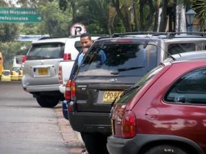 Aunque la señal lo prohíbe, hay carros parqueados sobre la 33.