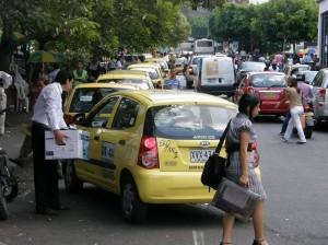 A pesar de que la fila de taxis es legal, es un carril menos para los carros que se movilizan por la calle 51.