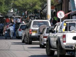 La falta de bahías obliga a los conductores a estacionarse sobre La carrera 34 con 51.