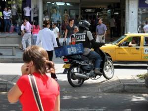Hasta las motos se toman el separador peatonal para pasar al otro carril.