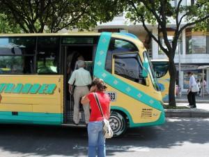 Los buses se estacionan en la mitad de la vía y justo sobre las 'cebras'.