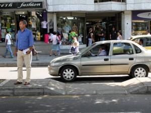 El irrespeto por las cebras es también por parte de carros particulares.