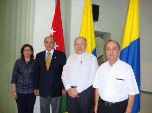 Luz Alcira Navarro, gobernador Horacio Serpa Uribe, Padre Eduardo Uribe y Horacio Botero.