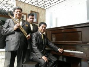 Fernando acompañado del vocalista Leonardo Martínez y Jhon Alexander Sanabria.