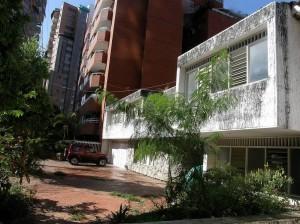 La casa que según los vecinos se convirtió en basurero y dormidero de indigentes.