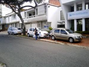 La invasión de andenes por parte de vehículos en la carrera 35 obliga a los peatones a caminar sobre el pavimento.