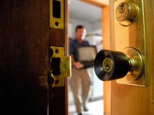 Mediante un engaño a su empleada de servicio, los asalantes pretendian cometer su segundo atraco a esta vivienda.