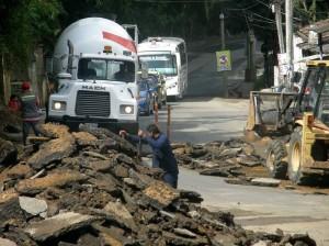 Hace una semana empezaron las obras de arreglos en la carretera antigua, debajo del puente La Flora.