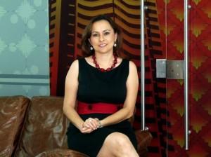 Adriana Serrano simbolo de firmeza y decisión con toque femenino.