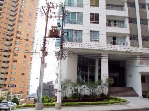 Los cables de este poste causaron controversia entre los habitantes del edificio