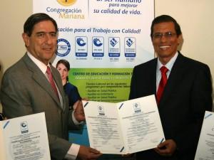 Luis F. Duran recibe de manos del Dr. Fabio Tobon Director Ejecutivo del Icontec, las certificaciones