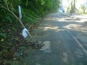 También se observa la falta de aseo en la vía Altos de Terrazas.