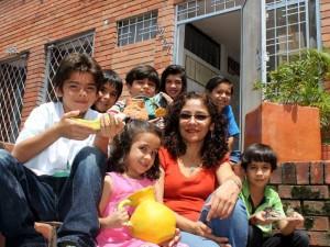 Con parte del grupo de niños que asisten a sus clases de ceramica