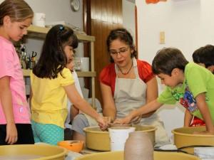 Junto al torno, son muchas las historias y experiencias que vive con los niños.