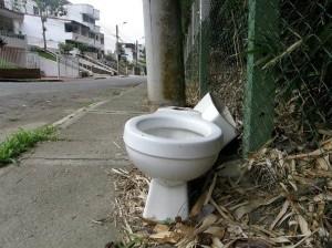 Este es el inodoro que dejaron abandonado en Terrazas.