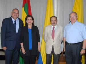 Director del Instituto de Estudios del Ministerio Público, Dr. Christian Mora Padilla y el Rector del Colegio San Pedro Claver, Padre Eduardo Uribe F. S.J.