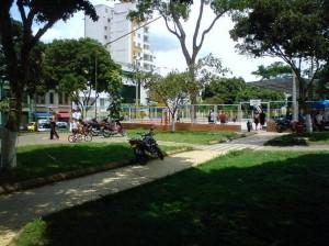 Las motos estacionadas en los corredores del parque de los Niños, es una muestra de la falta de consciencia por los conductores.