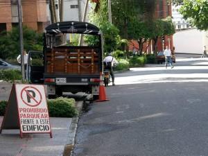 El problema de estacionamiento de vehículos en la carrera 27A entre calles 44 y 45 continúa.