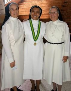 Hermana Cecilia Remolina; rectora Hermana Yanira Carrillo Figueroa y Hermana Aurea Luz Guevara.
