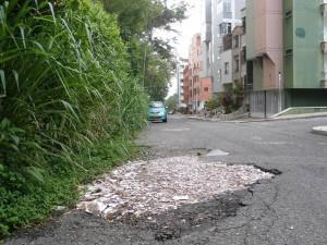 Los huecos en el barrio La Floresta son el 'pan de cada día'