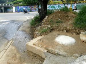 A pesar de la capa de cemento, el agua sigue derramándose.
