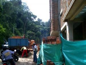 El paso peatonal y vehicular se ha visto afectado por las obras.