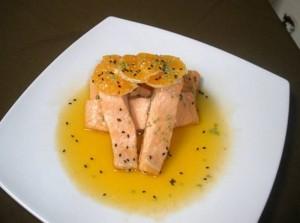 La trucha se tapa con la salsa y decora con las rodajas de mandarina.