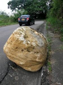 Piedra enorme que desde hace rato representa un peligro para quienes usamos la vía entre Pan de Azúcar y Terrazas.