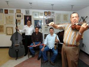 El maestro Alfonso Guerrero hace parte del repertorio a las madres