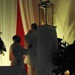 Monseñor Carlos Camacho pone al Señor en el Monumento