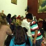 La representación del lavatorio de los pies llamó la atención de los niños, quienes siempre estuvieron adelante del templo.