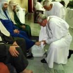 Lavatorio de los pies de Monseñor Carlos Camacho a los apóstoles, representados por integrantes del MPPC