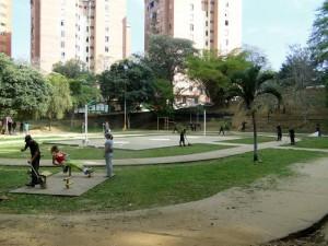 Vecinos del parque de Leones se unieron para rescatar el parque.