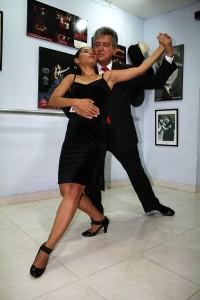 Tanta es su pasión que decidió crear la Academia de Tango de Santander.
