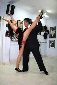 Habla con exquisitez del tango que lo refleja con la elegancia con que lo baila.