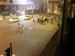 En la foto se observa una pelea que requirió la presencia de la Policía para volver la tranquilidad esa noche al sector.